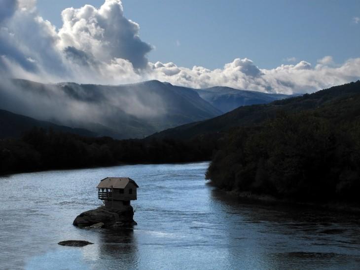 casa-din-mijlocul-riului-Serbia-3-730x547